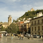 Plaza Nueva (Granada). Al fondo, Iglesia de San Gil y Santa Ana y Torre de la Vela.