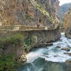 Castril. Pasarela sobre el río Castril. Parque Natural de la Sierra de Castril.
